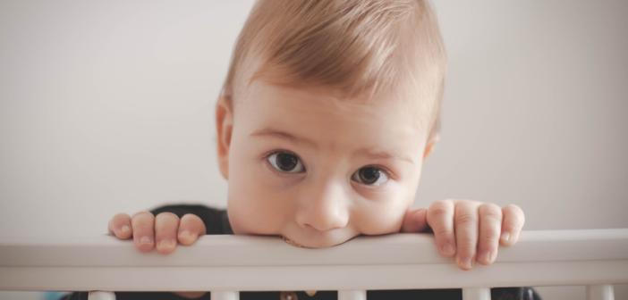 Twoje dziecko boleśnie ząbkuje, a Ty nie wiesz, jak mu pomóc? Poznaj najlepsze sposoby kojenia bólu u dzieci.