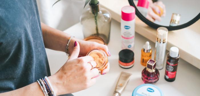 W jakiej kolejności aplikować kosmetyki na twarz? Instrukcja krok po kroku