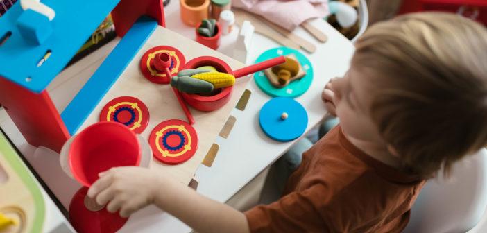 Jak kreatywnie spędzić czas z dzieckiem za niewielkie pieniądze – przegląd najciekawszych zabawek