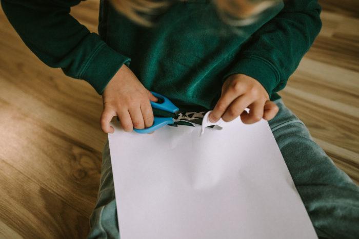Kiedy dać dziecku nożyczki