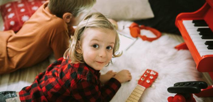 """""""Mamo, pobaw się ze mną, nudzi mi się"""" – czyli jak przez zabawę zbudować relację z dzieckiem?"""