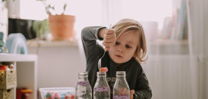 7 kreatywnych pomysłów na zabawy z dzieckiem w domu (gdy za oknem pada deszcz)